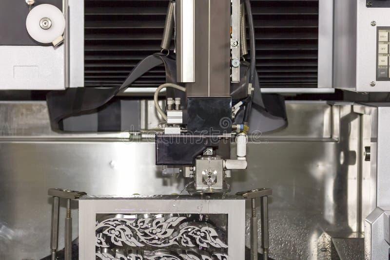 Geavanceerd technisch en het knipsel van de precisievorm door cnc de machine van de draadbesnoeiing op workshop royalty-vrije stock afbeeldingen