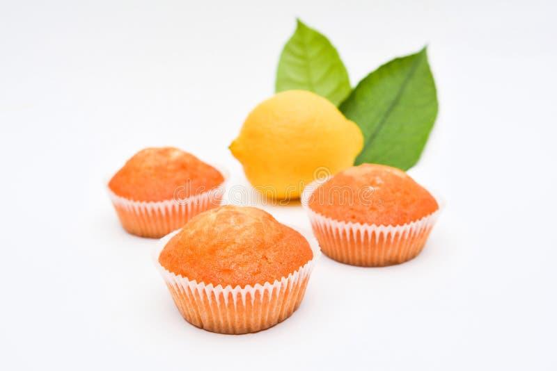 Gebäck, Zitronenmuffins auf weißem Hintergrund stockfoto