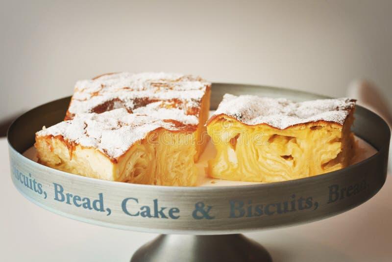 Gebäckkuchen mit Käse auf hölzernem Hintergrund stockbilder