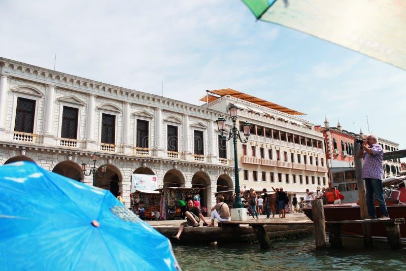 Gebäude auf dem Flussufer in Venedig stockbild