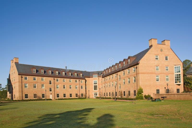Gebäude auf einem Hochschulcampus lizenzfreie stockfotos