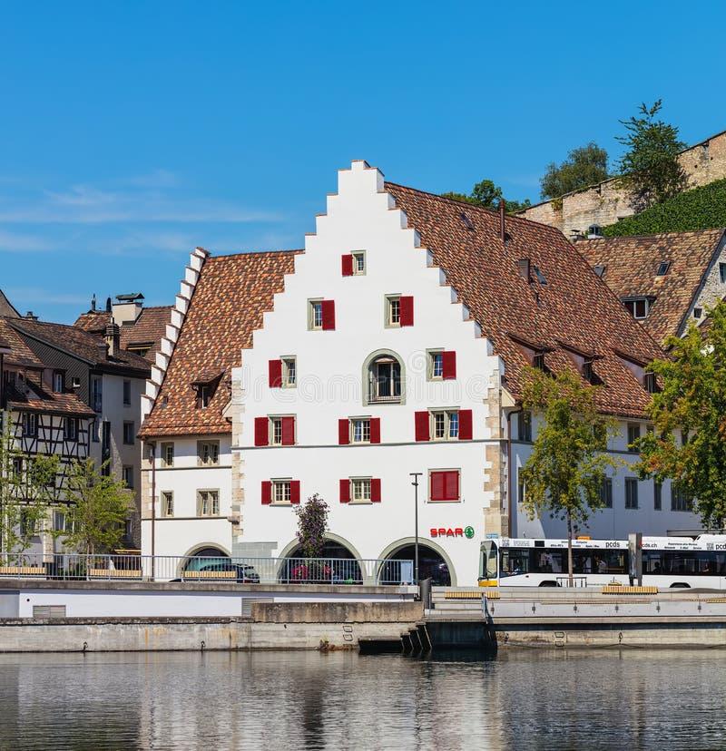 Gebäude der Stadt von Schaffhausen entlang dem Rhein lizenzfreie stockfotografie
