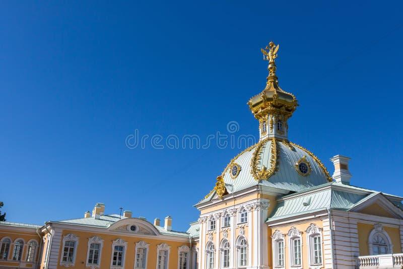 Gebäude des komplexen Peterhof-Palastes, StPetersburg, Russland Architektur lizenzfreie stockfotos
