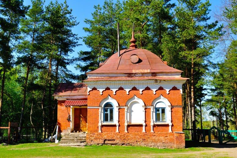 Gebäude des roten Backsteins, errichtet im 19. Jahrhundert zu den Zellen der Möncheinsiedler Peryn Skete in Veliky Novgorod, Russ lizenzfreie stockfotos