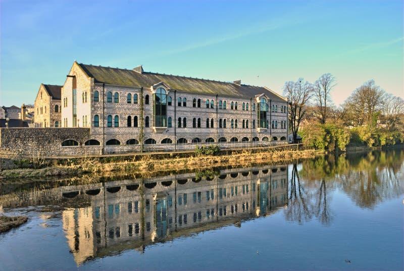 Gebäude durch den Fluss Kent, Kendal lizenzfreies stockfoto