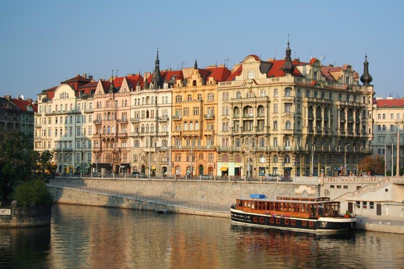 Gebäude entlang dem Vltava Fluss in Prag stockbilder