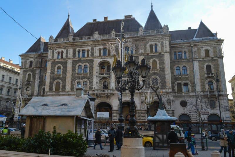Gebäude gegenüber ungarischer Staatsoper in Budapest am 29. Dezember 2017 stockfotos