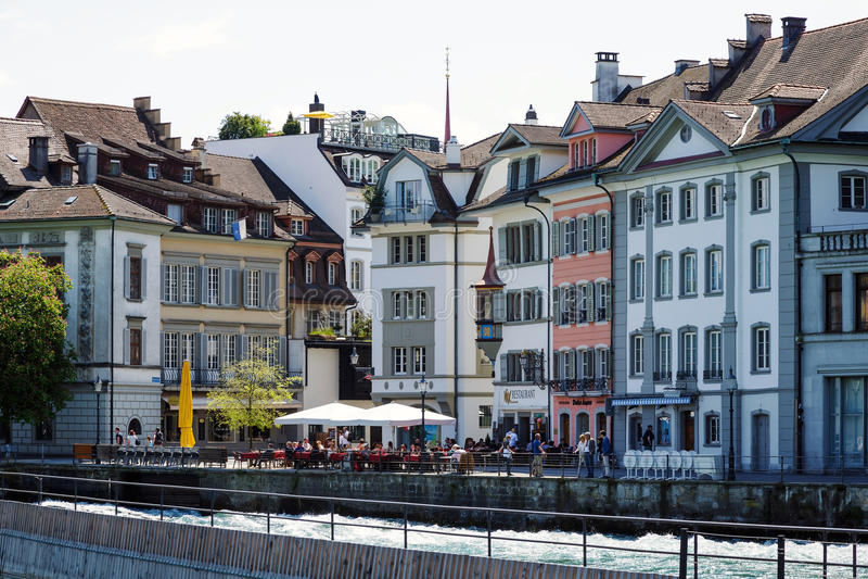 Gebäude gelegen an dem Fluss Reuss stockfotografie