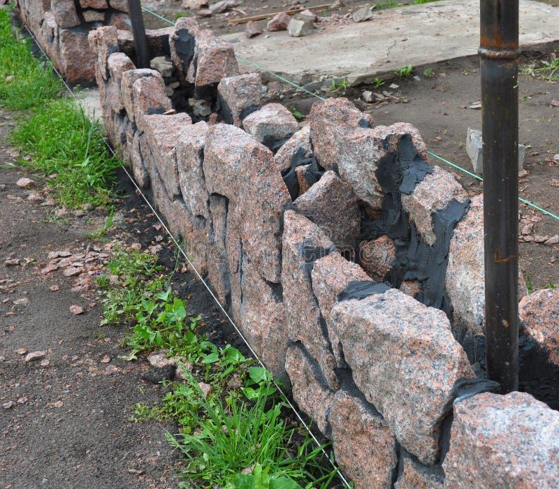 Gebäude-Granit-Stein-Zaun stockbild. Bild von haus, konkret - 74556207