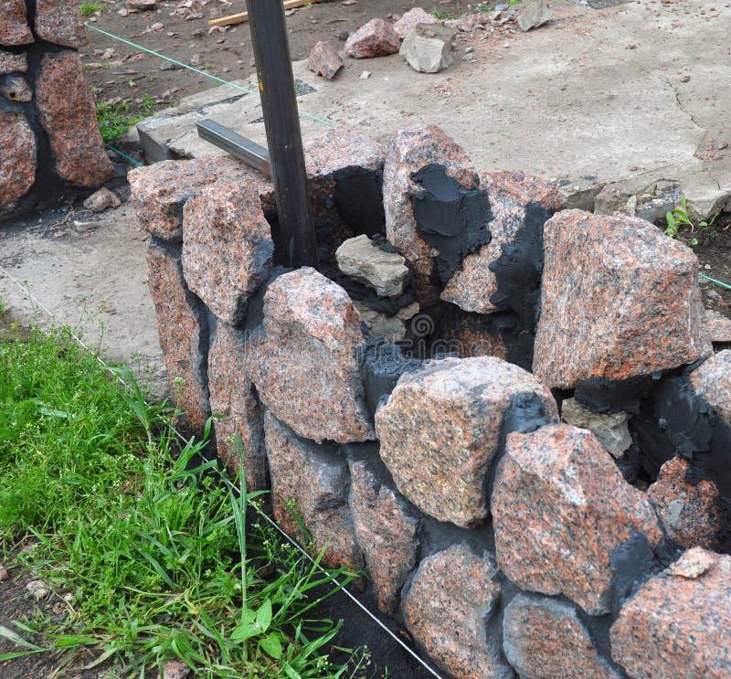 Gebäude-Granit-Stein-Zaun Mit Eingang Stockfoto - Bild von preis ...