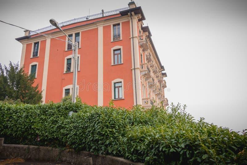 Gebäude hing am Hügel um See Como, Italien lizenzfreie stockfotografie
