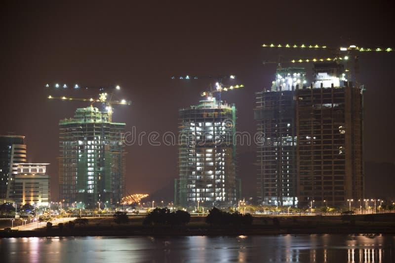 Gebäude im Bau nachts lizenzfreie stockfotos