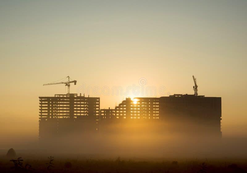 Gebäude im Nebel lizenzfreie stockfotos