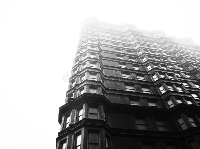 Gebäude im Nebel lizenzfreie stockbilder