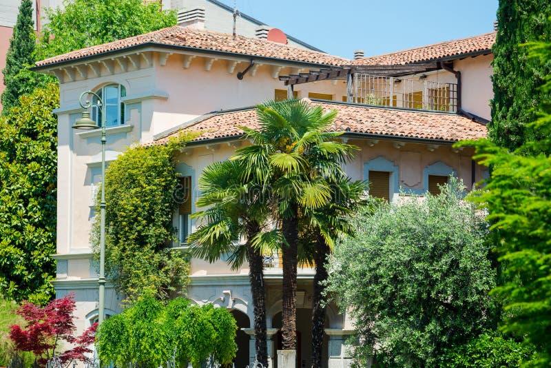 Gebäude im Palmengarten im Zentrum von Verona, Italien lizenzfreies stockfoto