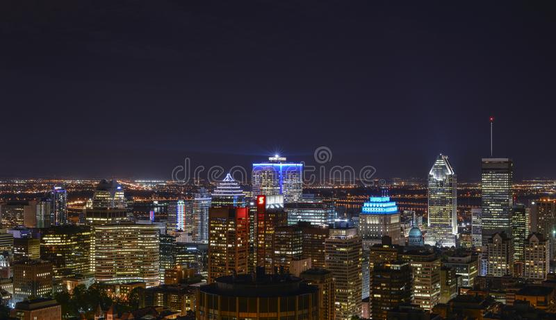 Gebäude in im Stadtzentrum gelegenem Montreal nachts lizenzfreie stockbilder