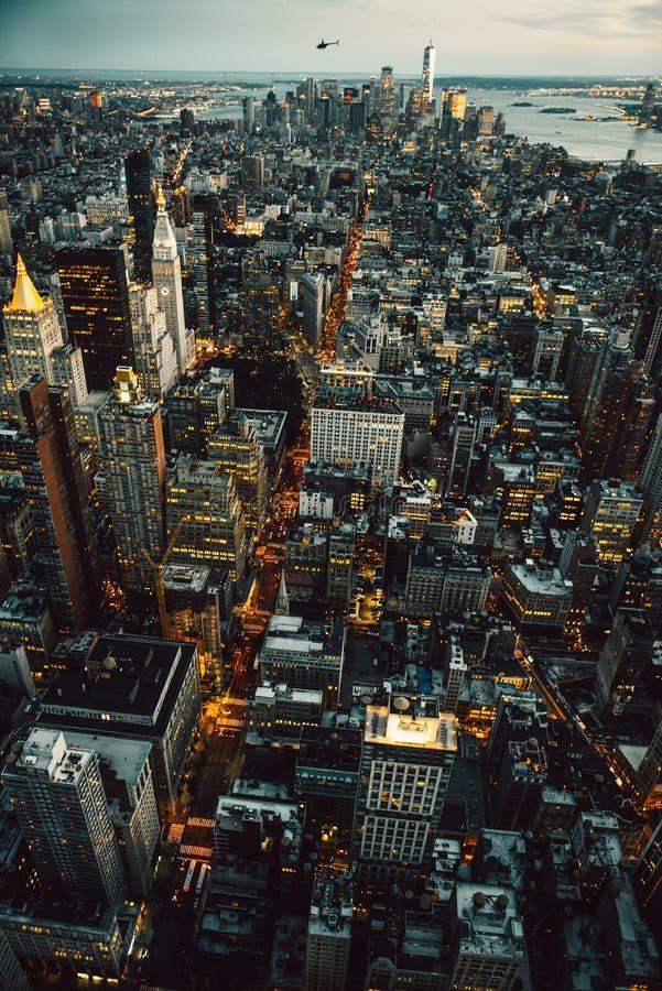 Gebäude Manhattans New York City beleuchtet von der Luftdraufsicht an der Nachtzeit lizenzfreie stockfotografie