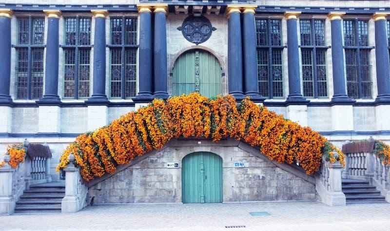 Gebäude mit Blumen lizenzfreies stockbild