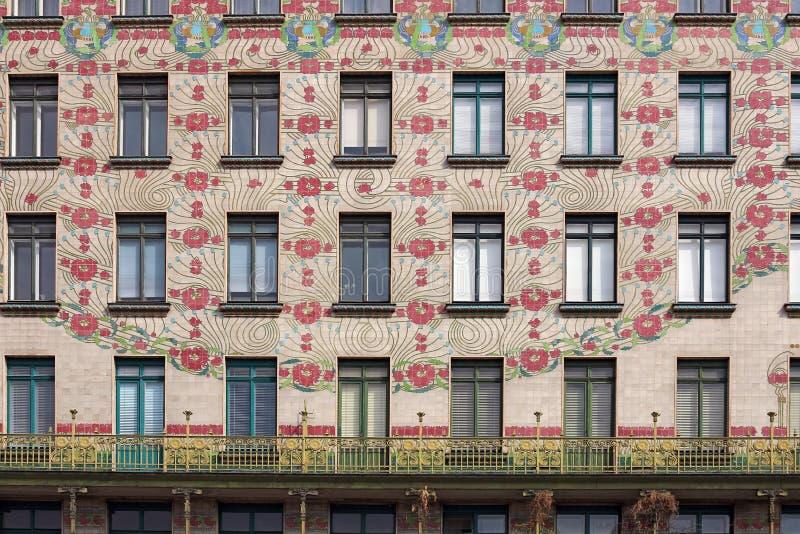 Gebäude mit Blumen entwerfen auf Wand Wien stockfotografie
