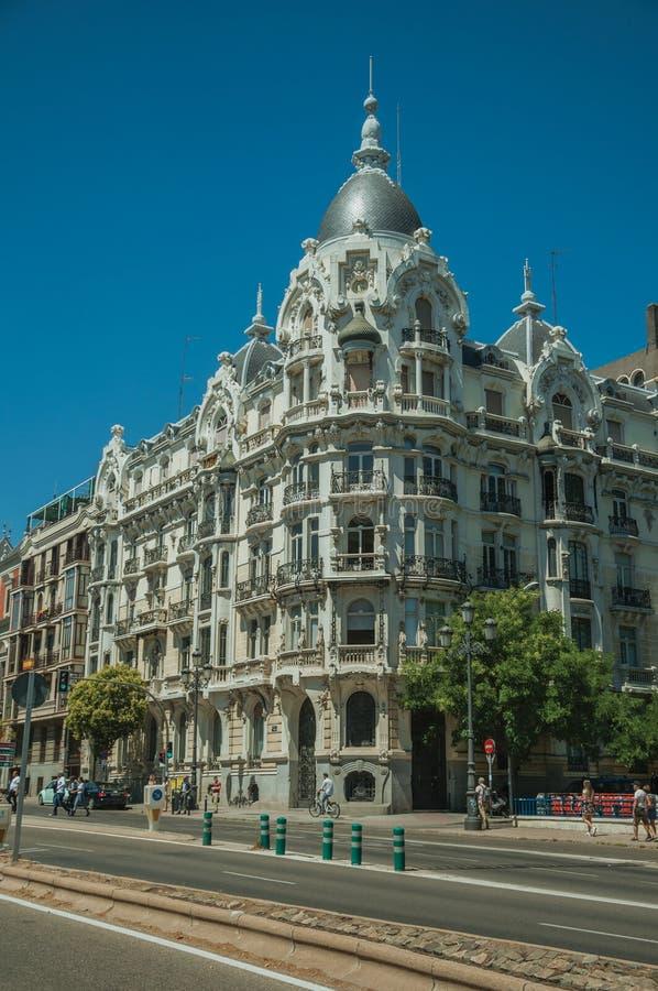 Gebäude mit extravaganter Fassade und Leute auf Straße von Madrid stockfotografie