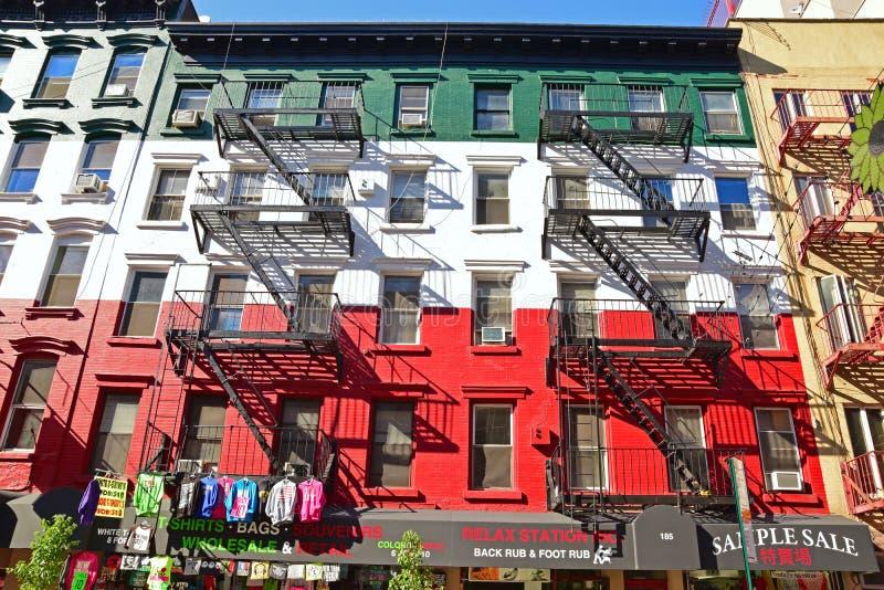 Gebäude mit Farbe der italienischen Flagge lizenzfreie stockfotografie