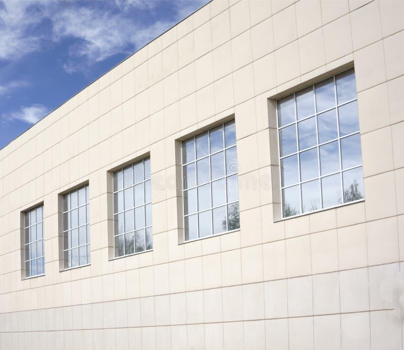 Gebäude mit Fassadenumhüllung, Abschluss oben lizenzfreie stockfotos