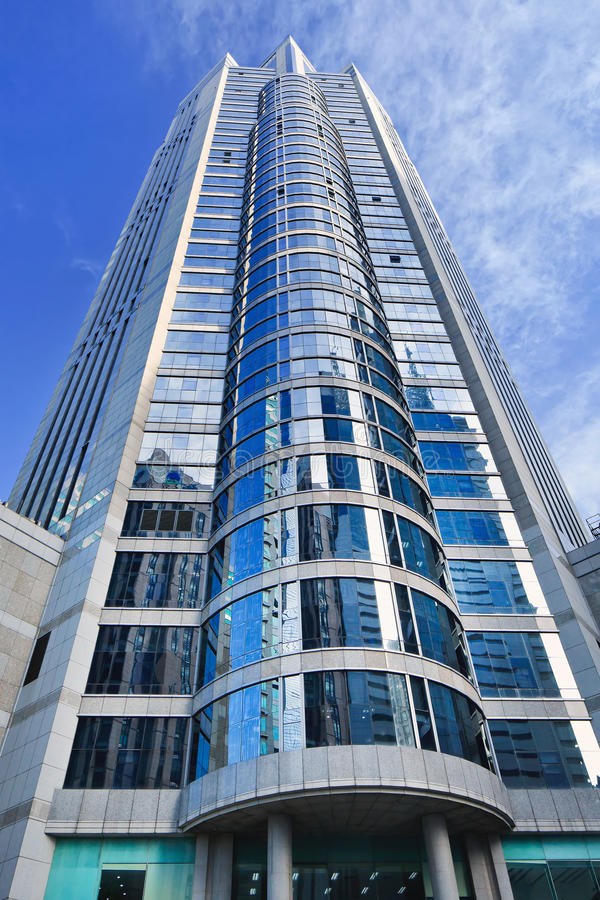 Gebäude mit Glasoberfläche und Zylinder formte Front stockfoto