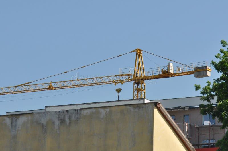 Gebäude mit Kran stockfotografie
