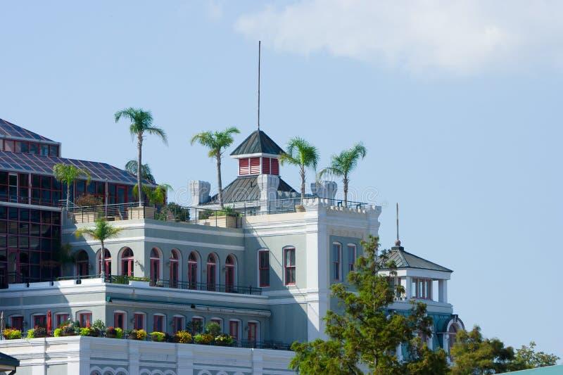Gebäude mit Palmen stockbilder