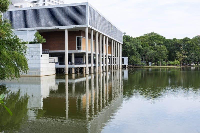 Gebäude mit Reflexion lizenzfreies stockfoto
