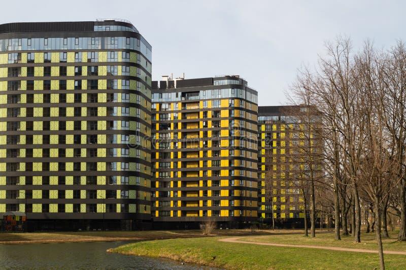 Gebäude mit See und Park neues konstruiertes buntes Gebäude Moderner Wohnungsbau stockfotos