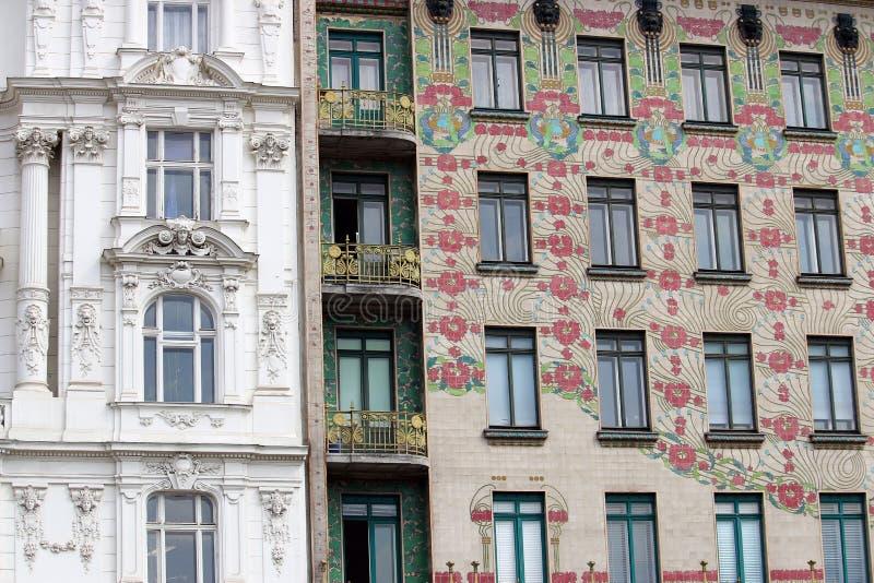 Gebäude mit Verzierungen und Blumen entwerfen auf Wand Wien lizenzfreies stockbild