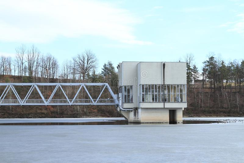 Gebäude mitten in gefrorener Verdammung stockbild
