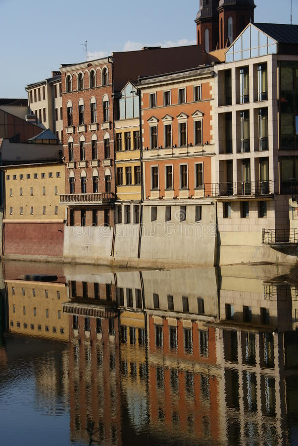 Gebäude nähern sich Fluss stockbilder