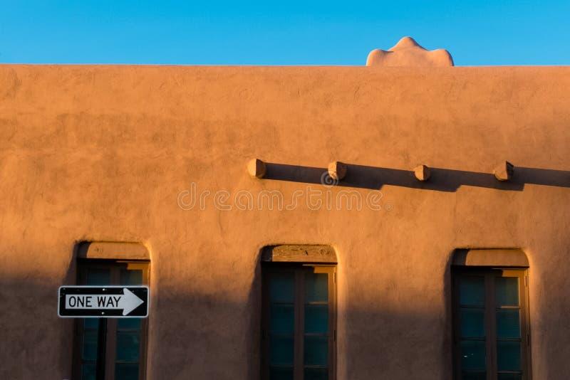 Gebäude Santa Fe-luftgetrockneten Ziegelsteines lizenzfreie stockbilder