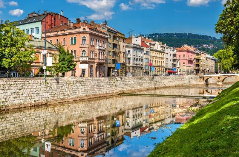 Gebäude in Sarajevo über dem Fluss Miljacka - Bosnien und Herze lizenzfreie stockfotografie