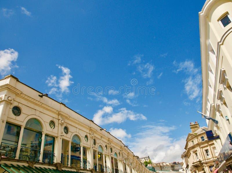 Gebäude und blauer Himmel lizenzfreie stockfotografie