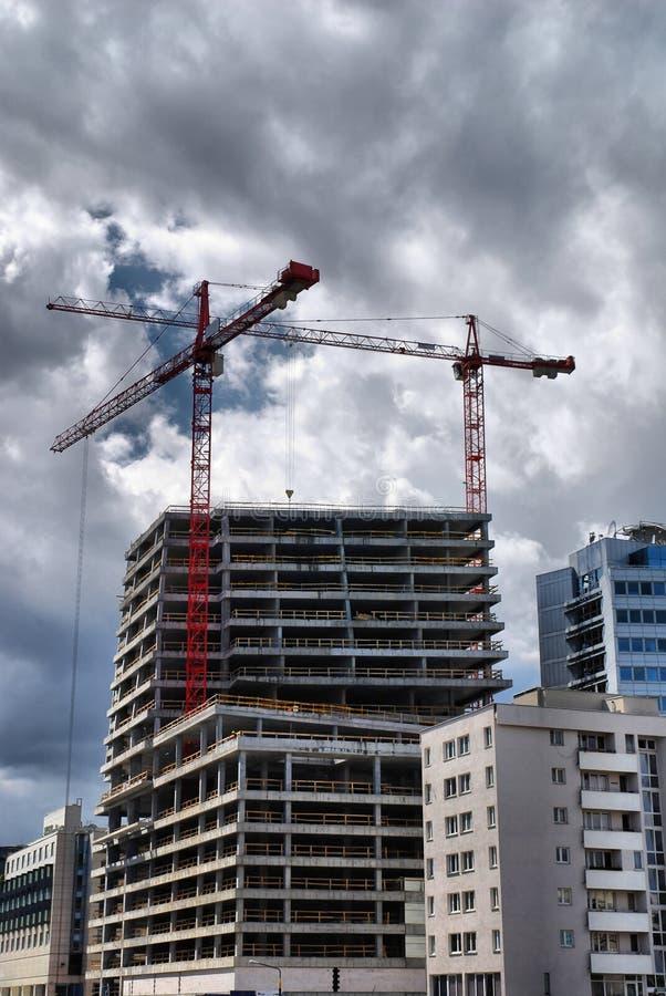 Gebäude und Kran lizenzfreies stockfoto