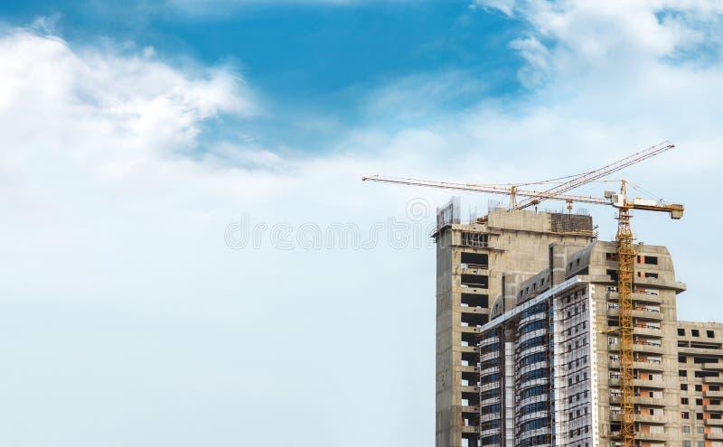 Gebäude und Kran stockfoto