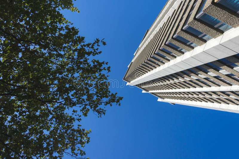 Gebäude und Natur lizenzfreies stockfoto