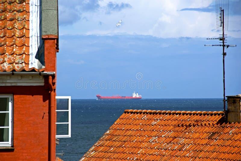 Gebäude und Ozean lizenzfreie stockfotografie