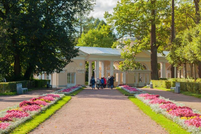 Gebäude und Schulausflug Pavillon Voliere beim Pavlovsk parken Gebiet in Pavlovsk, St Petersburg, Russland lizenzfreie stockfotografie
