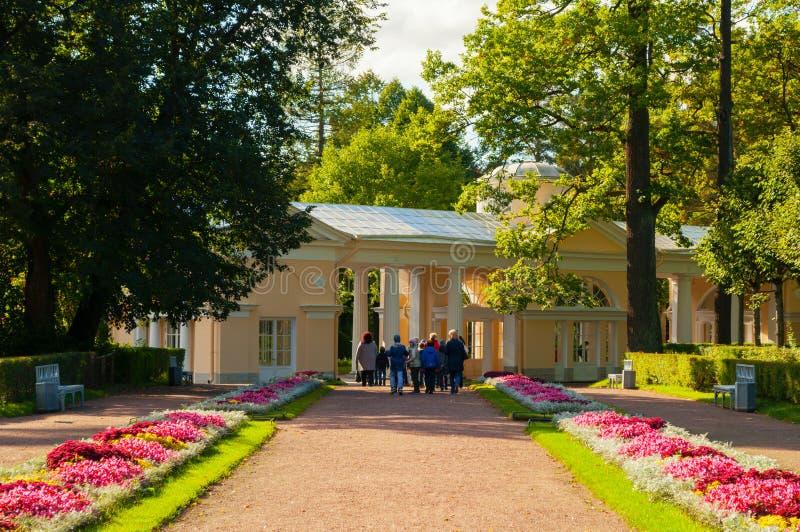 Gebäude und Schulausflug Pavillon Voliere am Pavlovsk-Park stockfoto