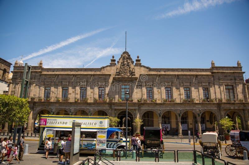Gebäude und Statuen des Befreiungs-Quadrats stockfotografie
