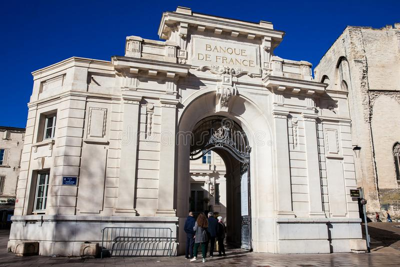 Gebäude und Straßen an der Uhr quadrieren in Avignon Frankreich lizenzfreies stockbild