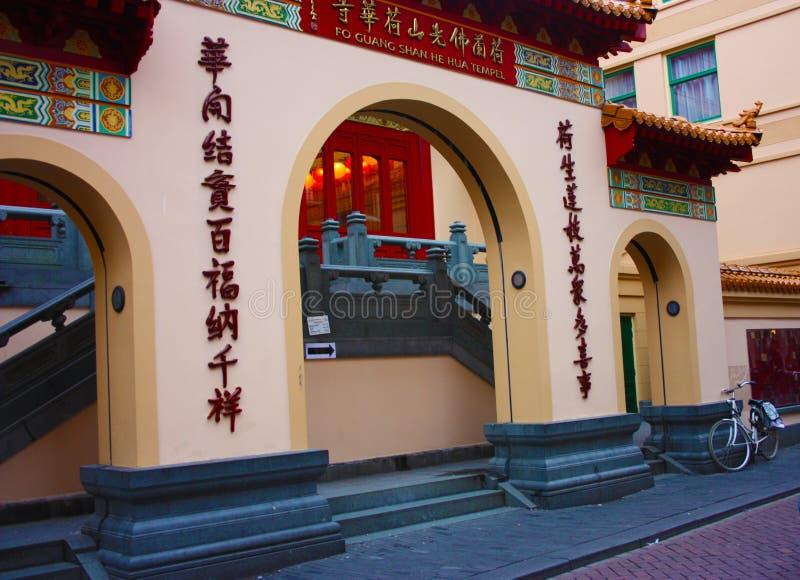 Gebäude verwendete als religiöses Gebäude Haupteingang eines chinesischen buddhistischen Tempels errichtet direkt auf einem von A stockfotografie