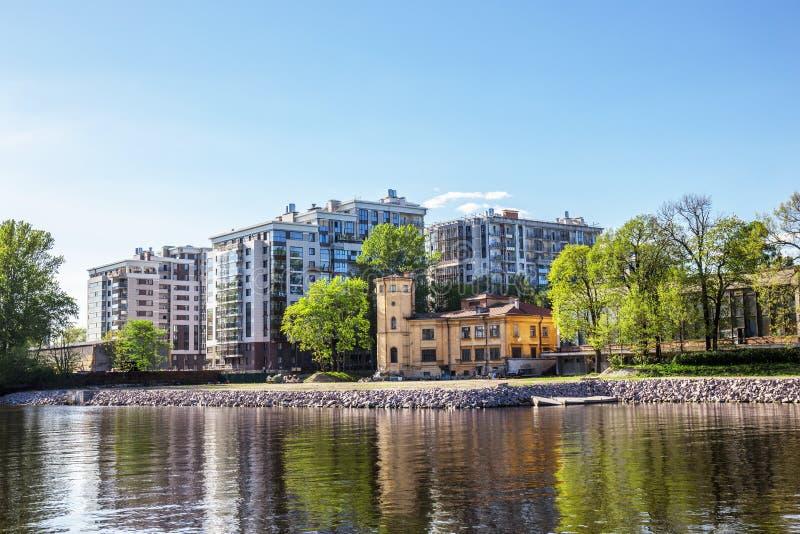 Gebäude von Alsufev-Datscha und von neuem Wohnkomplex St Petersburg, Russland stockbild
