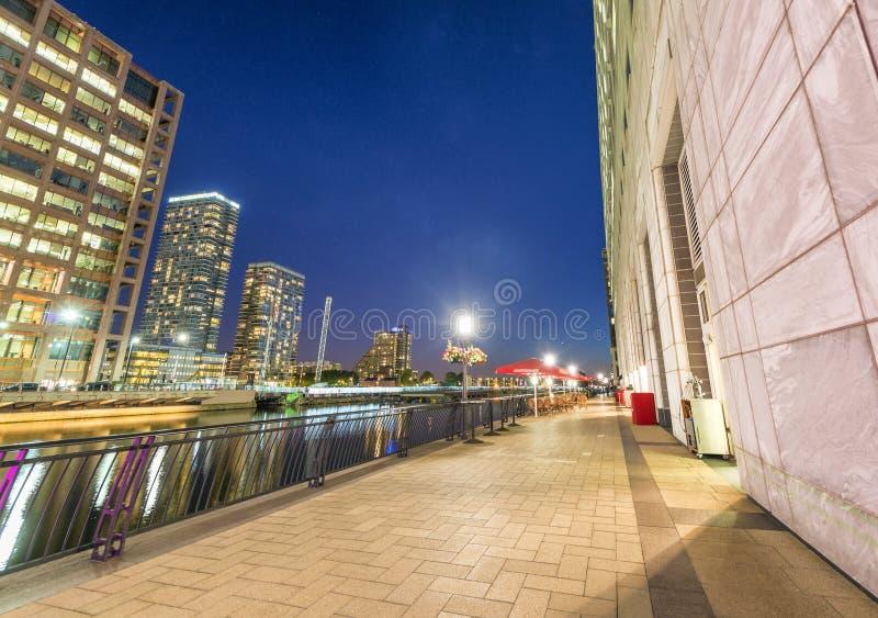 Gebäude von Canary Wharf nachts in London Ansicht vom stre lizenzfreies stockbild