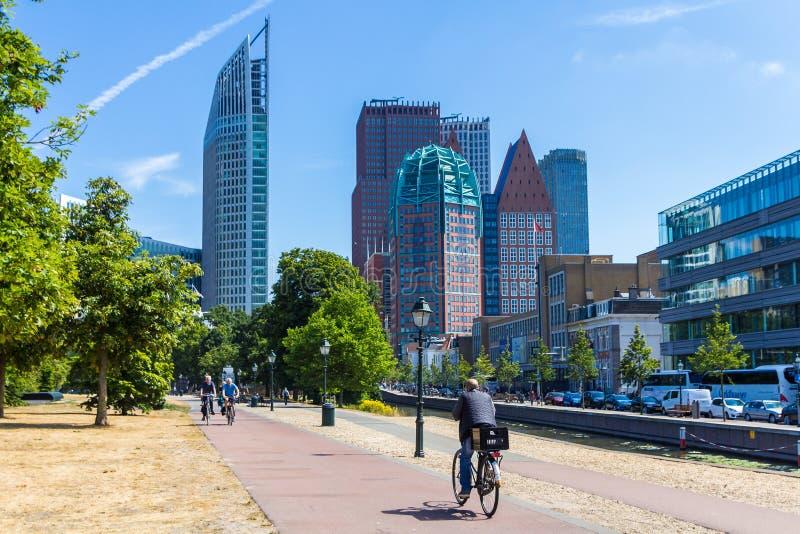 Gebäude von Den Haag Stadtskylinen am sonnigen Tag lizenzfreies stockbild