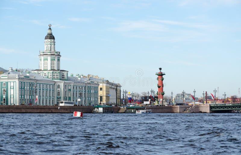 Gebäude von Kunstkamera und Spucken von Vasilyevsky Island, St Petersburg, Russland stockfotografie